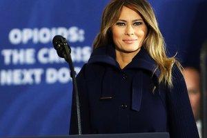 В стильном пальто и сапогах за 1600 долларов: Мелания Трамп была замечена в объятиях мужа