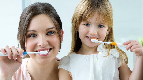 Зубы нужно чистить правильно. Фото: nensuria / Freepik