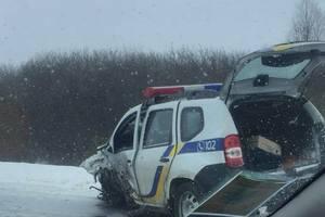 На трассе Львов-Краковец автомобиль патрульных столкнулся с фурой