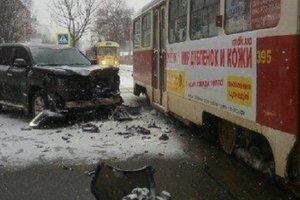 В Харькове Lexus протаранил трамвай