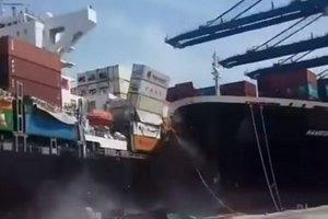 Два огромных корабля столкнулись в Пакистане, рассыпав десятки контейнеров