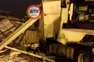 В Киеве тяжелая фура снесла рекламный щит