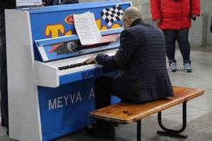 In Kharkov at the metro station and on the piano played Baja: video