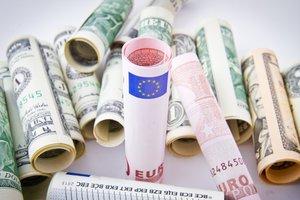 Доллар в Украине дешевеет, а евро замер