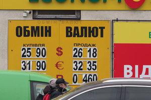 Курс доллара будет лихорадить еще месяц, а цены на бензин замрут: что ждет украинцев