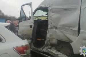 В Харькове грузовик протаранил пять машин