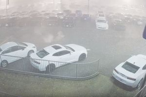 Видеошок: в США крупный град пробил крыши и стекла дорогих спорткаров