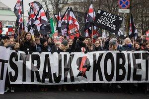 Польшу охватили многотысячные протесты людей в черном