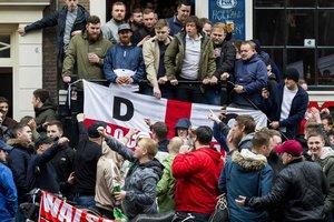 Почти 100 футбольных фанатов арестовали перед матчем Голландия - Англия