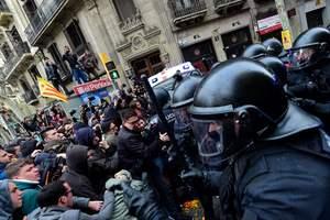 В столкновениях в Барселоне пострадали более полусотни человек