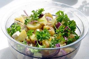 Картофельный салат: рецепт с фетой и зеленью