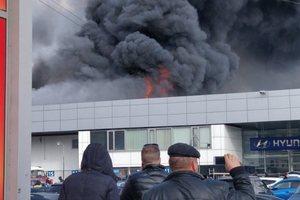 В России новый крупный пожар, горит автосалон: появились видео, фото