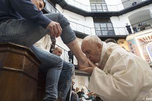 Папа Римский омыл и поцеловал ноги заключенным