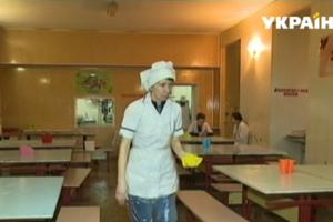 В одной из школ Днепра дети вынуждены обедать в воде