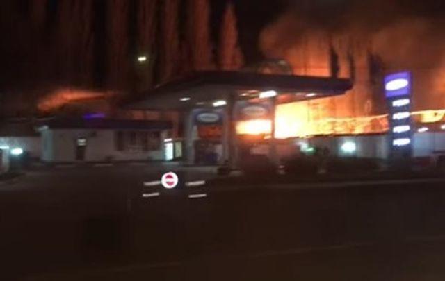 В Одессе загорелись складские помещения недалеко от АЗС. Об этом сообщил  советник начальника областного управления ГСЧС Руслан Форостяк. d87cb9fd4539d