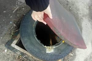 Катастрофа с люками в Харькове: горожане прикрывают дыры покрышками и матрацами