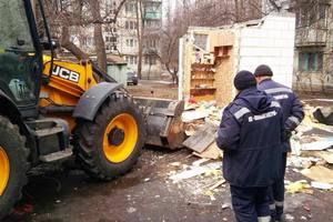 Автокофейня, шлагбаум и незаконный забор: что снесли в Киеве за неделю