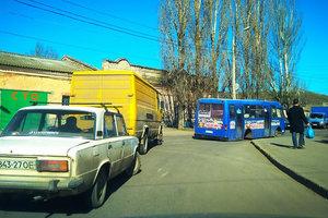 В Одессе маршрутка потеряла колесо и заблокировала проезд