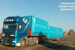 """В Киевской области обнаружили нестандартный грузовик-""""поезд"""""""