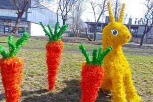В центре Киева бульвар украсили пасхальными кроликами