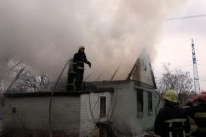В Запорожье бездомные сожгли дом, в который забрались погреться