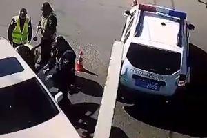 """В Одессе активисты на """"Лексусе"""" подрались с копами, пытаясь проехать на Юморину"""
