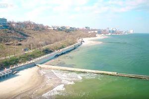 Видеофакт: смытые штормом пляжи Одессы сняли с высоты птичьего полета