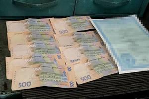 Во Львовской области на взятке поймали работника миграционной службы