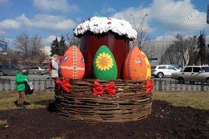 В Киеве на проспекте Победы появилась огромная пасхальная корзина