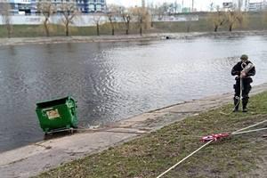 В Киеве вандалы выбросили мусорный контейнер в Русановский канал