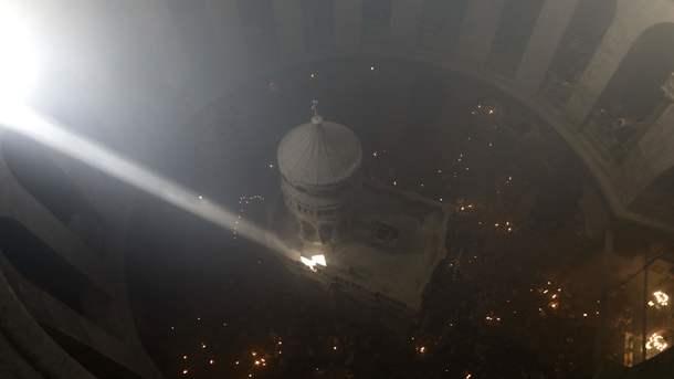 Луч солнца во тьме и тысячи свечей. Как в Иерусалиме сошел благодатный огонь: опубликованы фото