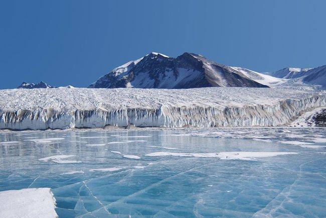 Вледниках Антарктиды найдены сотни метеоритов