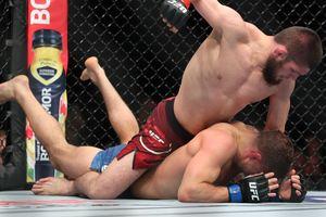 Хабиб Нурмагомедов избил Эла Яквинту и стал чемпионом UFC