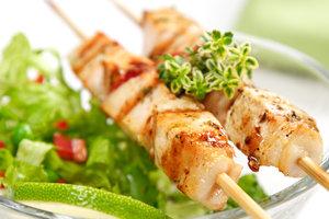 Идея для пикника: куриный шашлык с огуречным соусом
