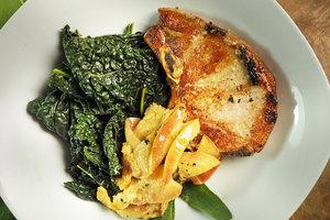 Рецепт для обеда: свиные отбивные с яблочным соусом