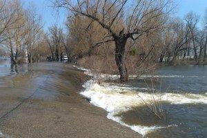 Под Киевом затопило дамбу между Десной и Десенкой