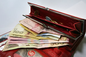 Гривня попала в тройку сильнейших валют СНГ, но эксперты ждут обвала