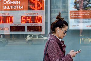 """Рубль пробил новое """"дно"""" из-за санкций США"""