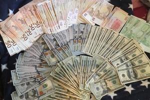 Во Львове прокурор попался на долларовой взятке