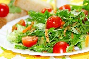 Рецепт дня: легкий салат из рукколы, огурцов и помидоров