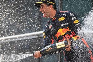 Даниэль Риккардо выиграл гонку Формулы-1 и выпил шампанское из своего ботинка