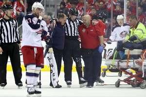 Во время матча НХЛ травму получил судья: он не смог продолжить встречу
