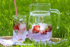 Домашний лимонад: рецепт с клубникой и базиликом