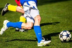 Футболист рискнул собственной головой ради мяча: забавное видео