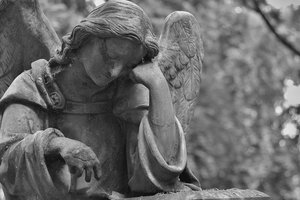 В Одесской области трехлетняя девочка погибла под могильной плитой
