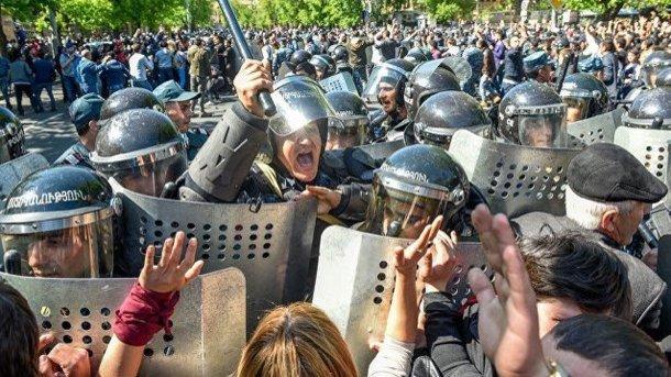 Начались столкновения между демонстрантами иполицией, сообщается опострадавших— Протесты вЕреване