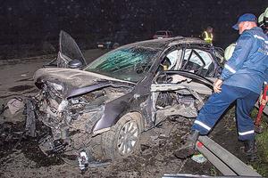 Под Днепром Nissan влетел в ограждение - металлическая балка прошила салон