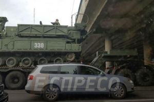 В Киеве под мостом застрял военный тягач с ракетной установкой