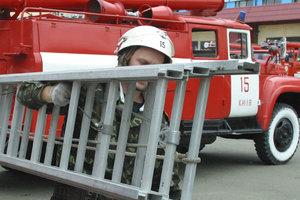 В Киеве из пылающей квартиры спасли двух человек