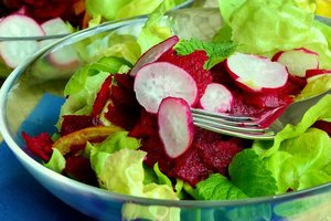 Весенний салат из редиса: рецепт с зеленью и свеклой